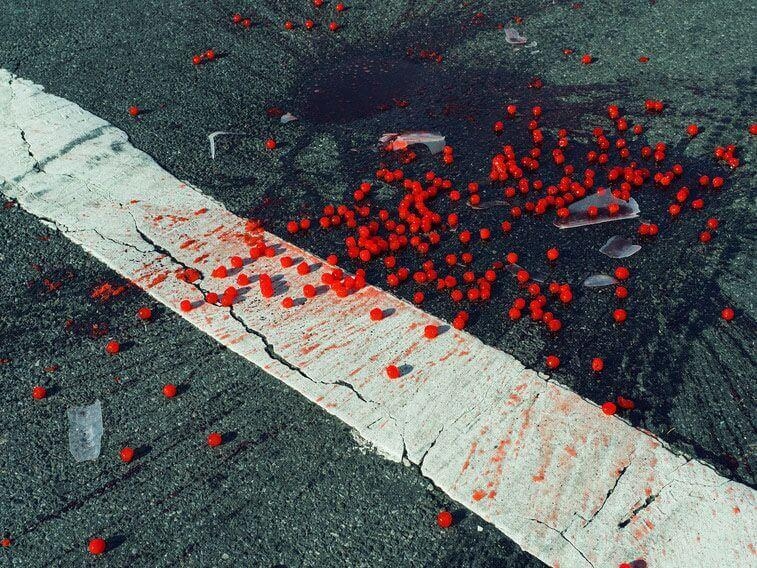 Christopher Anderson: Ciliegie cadute su un passaggio pedonale. New York, USA, 2014. © Christopher Anderson/Magnum Photos/Contrast