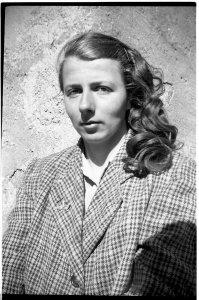 Vivian Dorothy Maier nata il 1 Febbraio ne1926 a New York nel Bronx. Ma non si sa bene il prima e il dopo. Di certo passa il periodo scolare in Francia a Saint Julien En Champsaur nelle Hautes Alpes, un piccolo paese i 300 abitanti a 1000 metri di altitudine. E lì ritorna nel 1950 e ci resta per quasi due anni, dove scatta le sue prime fotografie.