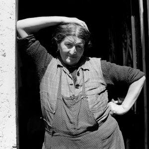 La cugina di Vivian Maier in una posa splendida, da manuale per la composizione e la perfetta esposizione. La fotografa aveva 25 anni quando l'ha scattata e fa parte di una serie di foto scattate agli abitanti di Saint Julien En Champsaur nelle Hautes ALpes intorno agli anni '50, perlopiù ritratti, quasi tutti in posa, e paesaggi che dimostrano quanto ne fosse attratta anceh grazie allla vastità delle vedute di quei luoghi.