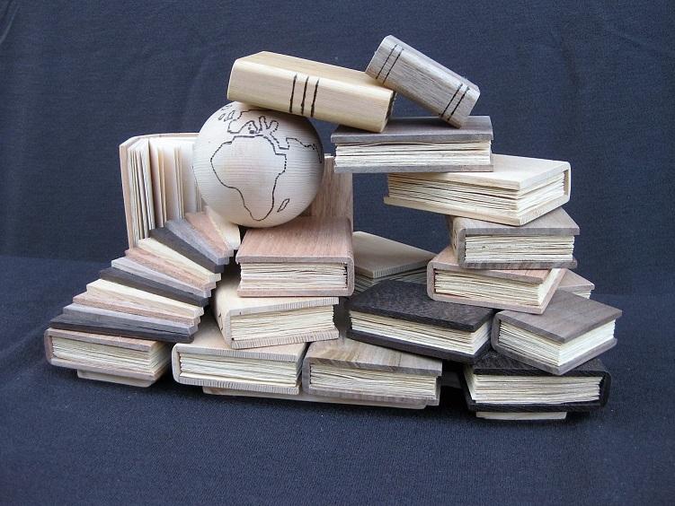 Quelle piccole sculture a forma di libro che raccontano la grandezza del mondo